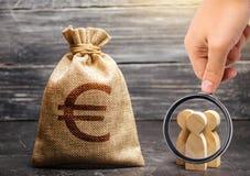 Лупа смотрит сумку денег со знаком евро и figurines людей оценка цены работы стоковое изображение