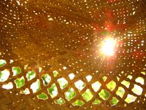 Лучи солнца в соломенной шляпе стоковое изображение