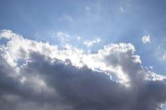 Лучи солнца приходят из облаков стоковые изображения