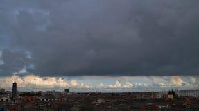 Луч неба, облако над маленьким городом стоковое фото rf