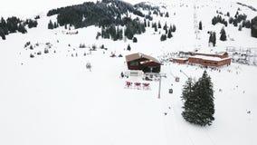 лыжа курорта Кататься на лыжах и сноубординг людей на наклоне снега в лыжный курорт зимы Лифт лыжи на горе снега акции видеоматериалы