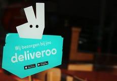 Логотип Deliveroo на окне ресторана с космосом для текста на одной стороне изображения стоковые изображения