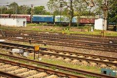 Лож железнодорожных путей совместно и сбрасывающ тренера рельса за ими стоковые фото