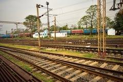 Лож железнодорожных путей совместно и тренеры рельса за теми стоковые изображения rf