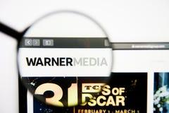 Лос-Анджелес, Калифорния, США - 28-ое февраля 2019: Домашняя страница вебсайта Тайма Уорнер Логотип Тайма Уорнер видимый на диспл стоковые изображения rf