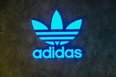 Магазин Adidas логотипа первоначальный Adidas многонациональная корпорация которая конструирует и изготовляет ботинки, одежду и а стоковые фотографии rf