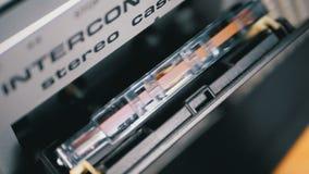 Магнитофонная кассета введена в палубу рекордера ленты звукозаписи в замедленном движении акции видеоматериалы