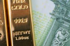 Макрос снятый сияющего бара золота слитка миллиарда на банкноте евро использующ как вклад или сбережения богатства в финансовом к стоковые фотографии rf