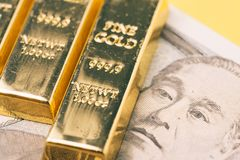 Макрос снятый сияющего бара золота слитка миллиарда на японской банкноте использующ как вклад или сбережения богатства в финансов стоковое фото rf