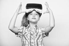 Маленькая концепция gamer Игры детской игры виртуальные с современным прибором Исследуйте виртуальную возможность Самые новые дет стоковое фото rf
