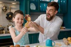 Маленькая девочка и ее папа стоковое изображение