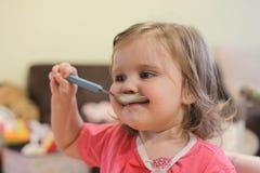 Маленькая девочка 2 лет старой девушки есть лапши стоковое фото rf