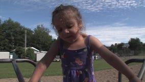 Маленькая девочка на веселом идет круг сток-видео
