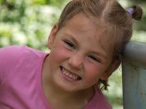 Маленькая девочка с раздражанной гримасой на ее стороне стоковые фото