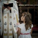 Маленькая девочка со свечой в православной церков церков стоковые фотографии rf