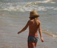 Маленькая девочка от задней части идя против фона моря стоковое изображение rf