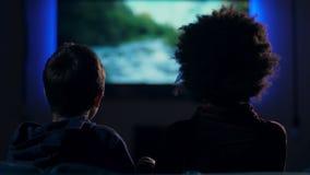 Мальчики вида сзади предназначенные для подростков смотря фильм на экране акции видеоматериалы