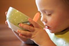 Мальчик выпивая независимо от шара стоковая фотография rf