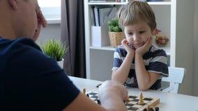 Мальчик играя шахмат с его отцом Образование и концепция семьи видеоматериал