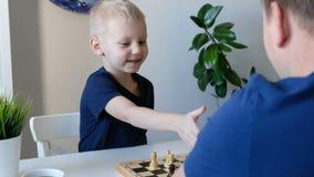 Мальчик играя шахмат с его отцом Образование и концепция семьи сток-видео