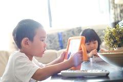 Мальчик играя Онлайн-игры на планшете стоковые фотографии rf