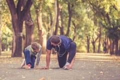 Мальчик и его тренер работая совместно в парке стоковое фото