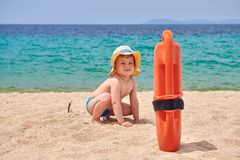 Мальчик малыша на пляже стоковая фотография