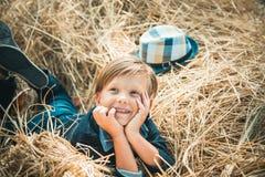 Мальчик рекламирует натуральные продучты Продажа для всего собрания осени, неимоверных скидок и чудесного выбора стоковое фото