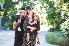 Мама, папа, маленький сын и дочь имеют потеху стоковая фотография rf