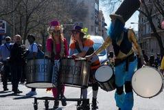 Мадрид, Испания, 2-ое марта 2019: Парад масленицы, члены Tabarilea Percusion играя и танцевать стоковая фотография rf