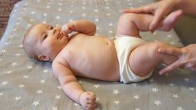 Массаж младенца Массажировать терапевта массажа Профессиональный masseuse мама младенца сток-видео