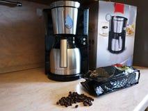 Машина кофе потека на изо дня в день кофе заваривать Можно приложить дома и офис, стоковое фото rf
