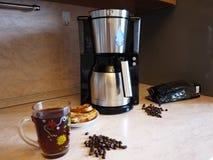Машина кофе потека на изо дня в день кофе заваривать Можно приложить дома и офис, стоковое фото