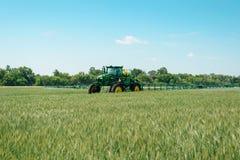 Машина прикладывая пестицид на пшенице стоковое фото