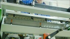 Машина woodworking заполнителя с в действием Добавка частей мебели в современной фабрике мебели сток-видео