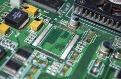 Материнская плата зеленого цвета от персонального компьютера ремонт Текстура или предпосылка электроника Запасные части стоковые изображения