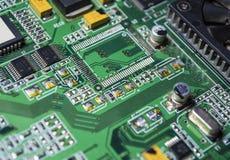 Материнская плата зеленого цвета от персонального компьютера ремонт Текстура или предпосылка электроника Запасные части стоковые фото