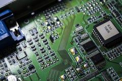 Материнская плата зеленого цвета от персонального компьютера ремонт Текстура или предпосылка электроника Запасные части стоковое фото rf