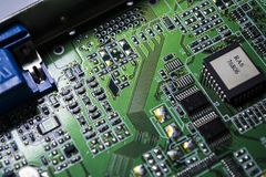 Материнская плата зеленого цвета от персонального компьютера ремонт Текстура или предпосылка электроника Запасные части стоковые изображения rf