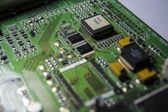 Материнская плата зеленого цвета от персонального компьютера ремонт Текстура или предпосылка электроника Запасные части стоковая фотография rf