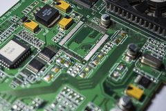 Материнская плата зеленого цвета от персонального компьютера ремонт Текстура или предпосылка электроника Запасные части стоковое изображение