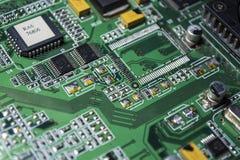 Материнская плата зеленого цвета от персонального компьютера ремонт Текстура или предпосылка электроника Запасные части стоковые фотографии rf