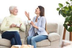 Мать и кофе и говорить дочери выпивая стоковые изображения rf