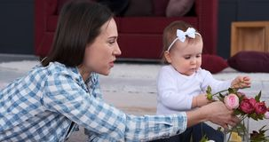 Мать и дочь аранжируя подняли цветки дома акции видеоматериалы