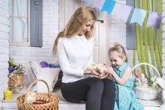Мать показывает цыплят дочери стоковое изображение