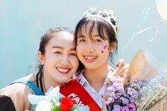 Мать так pround улыбка ее дочь градуировала средней школы стоковая фотография