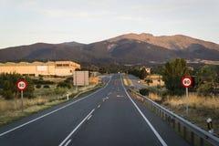 Междугородняя дорога на сумраке, Сеговия, Кастилия y Леон, Испания стоковая фотография