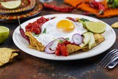 Мексиканский завтрак - блюдо chilaquiles стоковые изображения