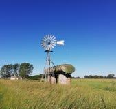 Мельница ветра со страной танка тележки стоковое фото rf