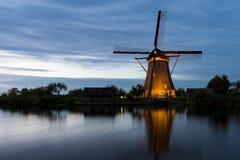 Мельница в месте Kinderdijk ЮНЕСКО, к ночь стоковая фотография rf